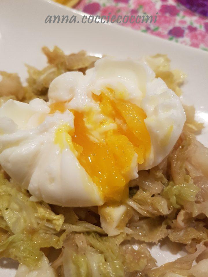 uovo alla coque su letto di verza